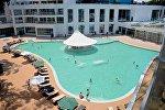 Отдыхающие летом у бассейна в Батуми