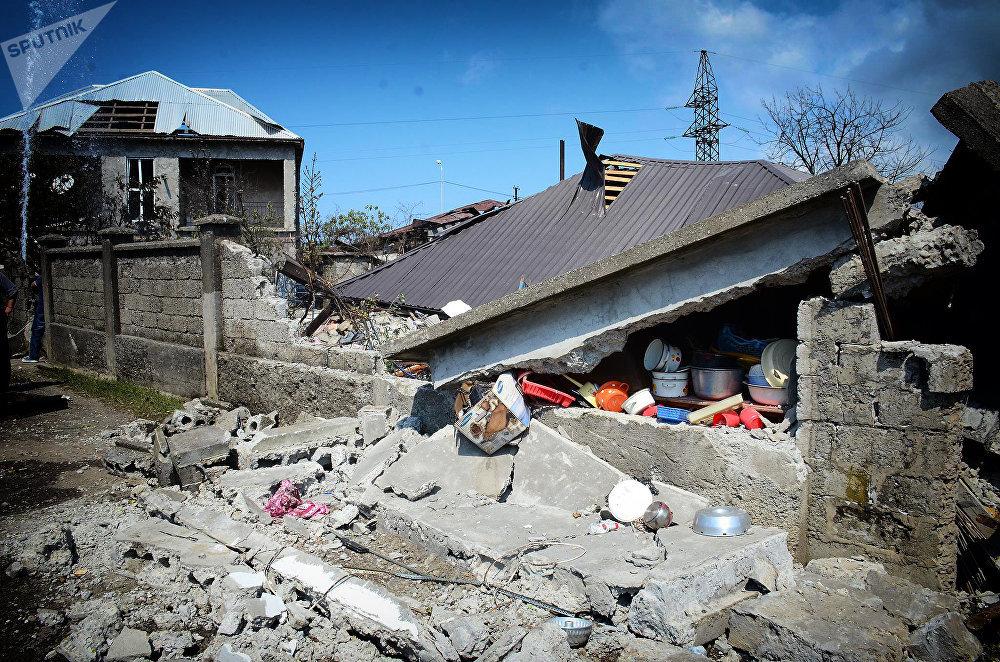 Полностью разрушенный в результате взрыва жилой дом