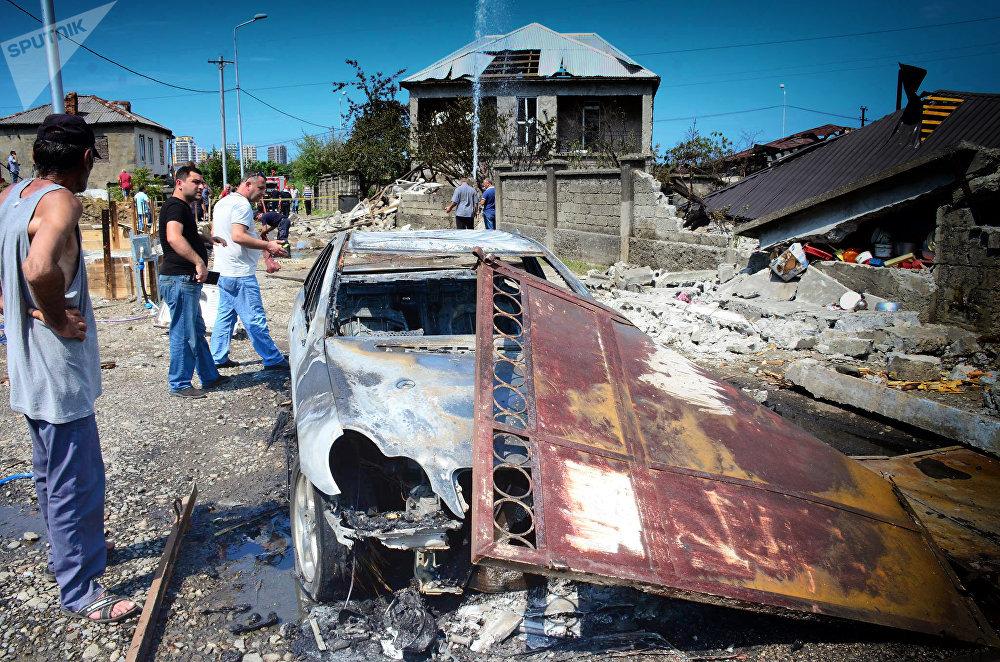 Взрывной волной были полностью разрушены два жилых дома, несколько человек получили тяжелые ранения