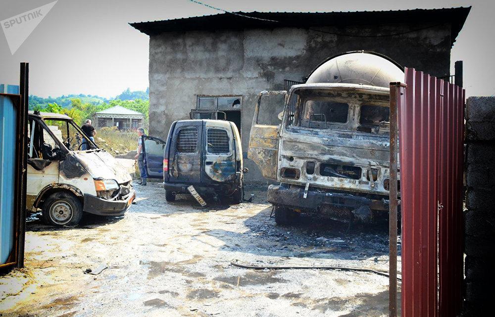 Сгоревшие машины на территории газозаправочной станции, где был эпицентр взрыва