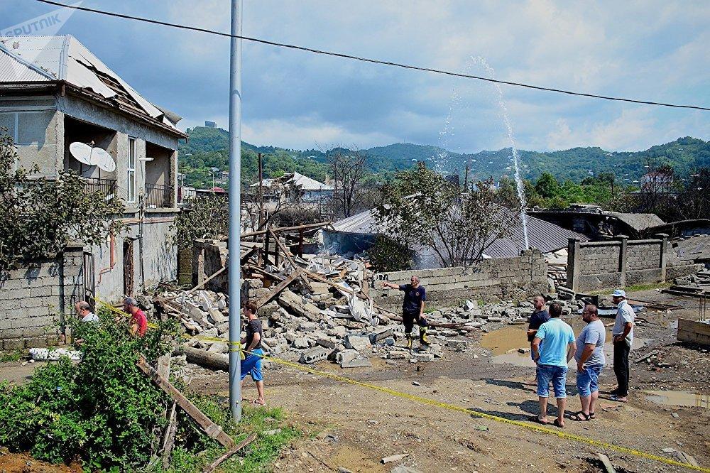 Жильцы вместе со спасателями у разрушенного в результате взрыва на газозаправочной станции в Батуми жилого дома
