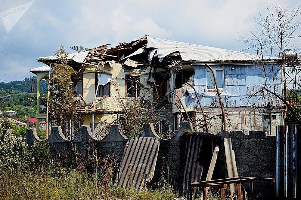 Один из поврежденных в результате взрыва на газозаправочной станции жилых домов - пострадавшие здания находились в непосредственной близости от места ЧП