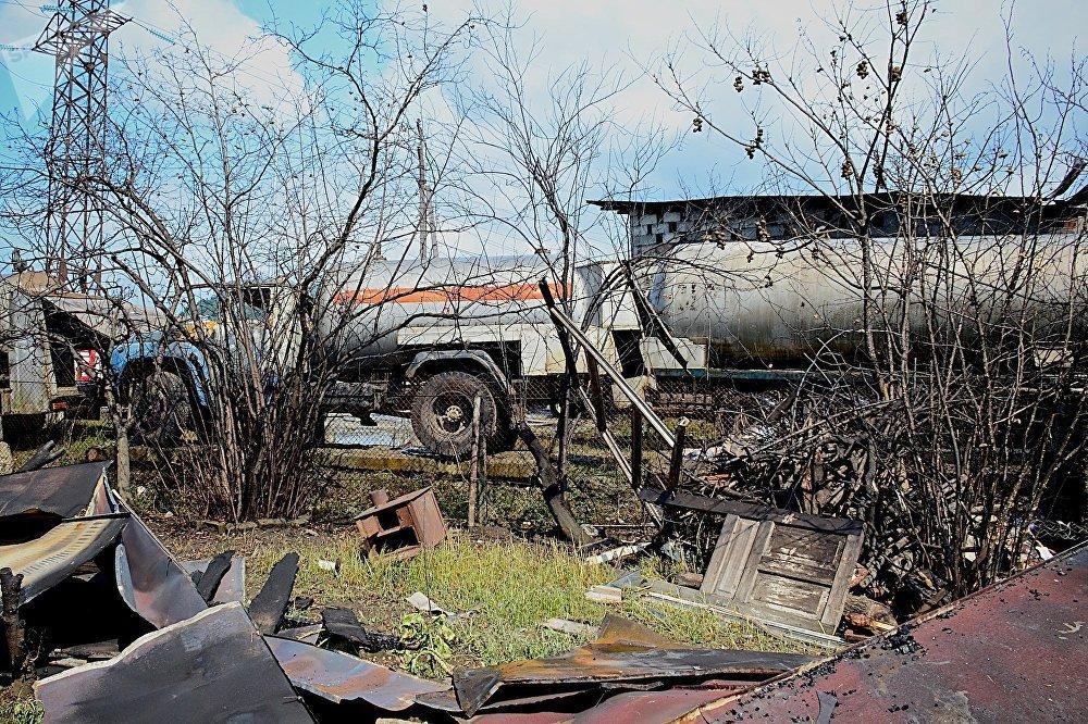 Газозаправочные автоцистерны неподалеку от места взрыва - тут газом местные жители заправляли свои газовые баллоны