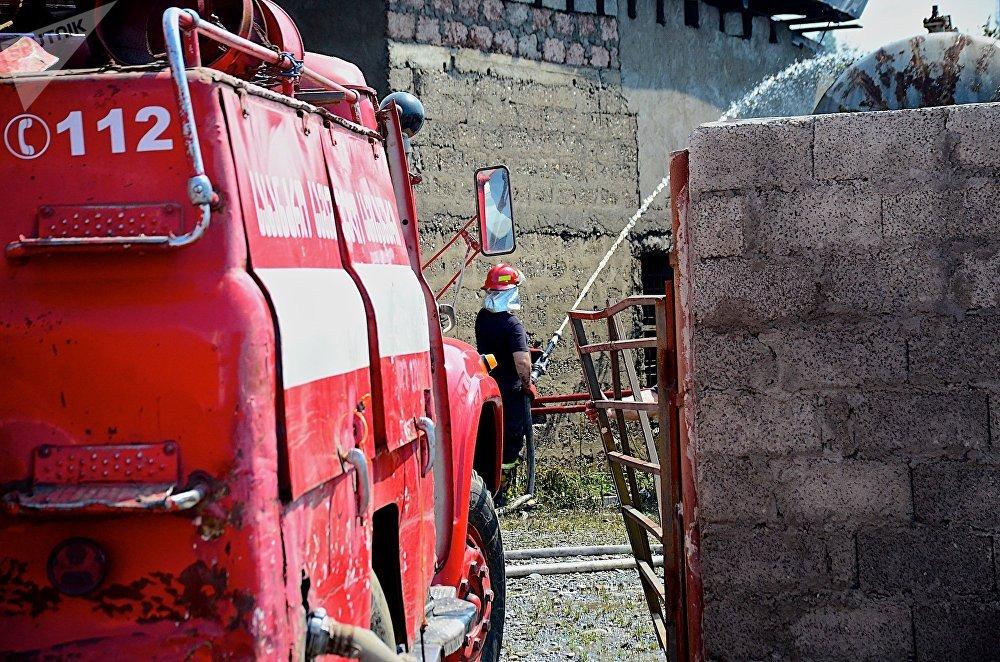 Пожарные ликвидируют очаги возгорания после взрыва на газозаправочной станции