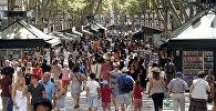 Люди гуляют по Лас Рамбалас в Барселоне