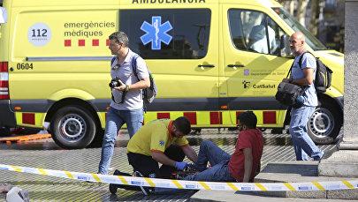 Медики оказывают помощь пострадавшим после наезда автомобиля в Барселоне