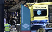 Скорая и полиция на месте наезда автомобиля на толпу в Барселоне