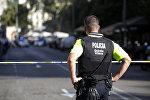 Офицер полиции в Барселоне на месте наезда на людей