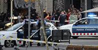 Люди выходят из кафе с поднятыми руками после второго теракта в Барселоне
