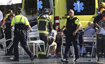 Полиция помогает пострадавшим после теракта в Барселоне