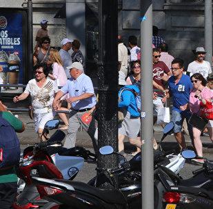 Люди бегут с места теракта в Барселоне после наезда минивэна на группу прохожих