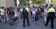 Сотрудники полиции на месте теракта в Барселоне, где минивэн наехал на людей
