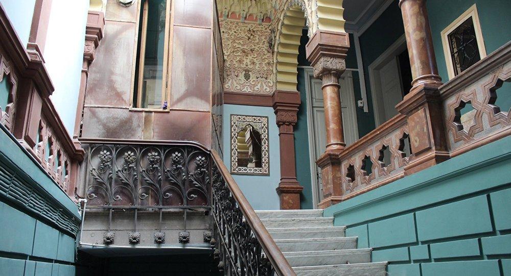 Мозаика у входа в парадную дома Калантарова