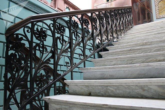 Вход в парадную дома Калантарова