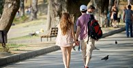 Отдыхающие гуляют по пляжу озера Лиси
