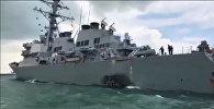 Ракетный эсминец ВМС США Джон Маккейн после столкновения в водах у Сингапура. Стоп-кадр с видео