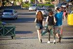 Туристы гуляют летом по центру Тбилиси