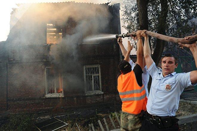 Сотрудники полиции и коммунальных служб во время ликвидации пожара в Ростове-на-Дону