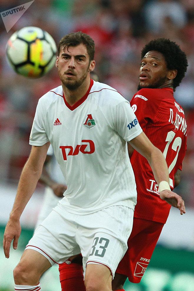 Игрок Локомотива Соломон Кверквелия (слева)
