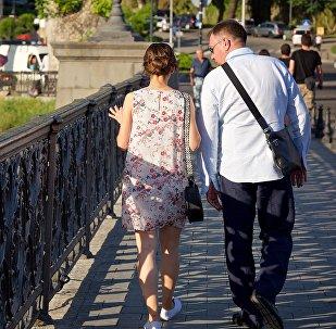 Туристы гуляют по центру грузинской столицы