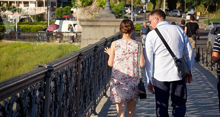 ტურისტები სეირნობენ თბილისის ცენტრში