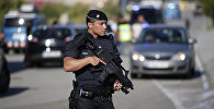 Вооруженный полицейский в районе Субиратса, Испания