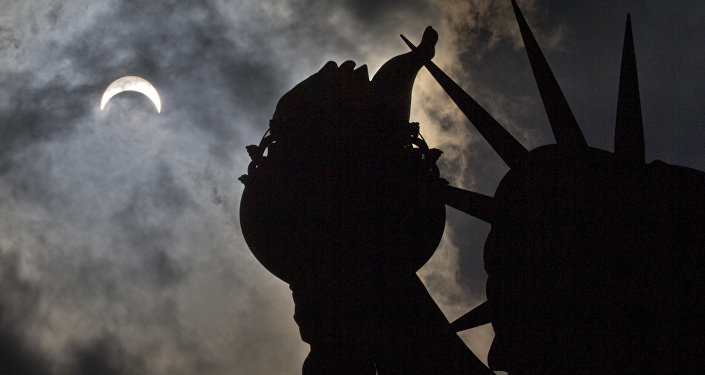 Частичное солнечное затмение над Статуей Свободы в Нью-Йорке