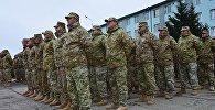 Грузинские военнослужащие утром на плацу военной базы в Вазиани