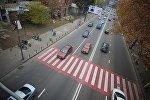 Машины едут по дороге вдоль набережной Тбилиси