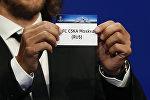 Карточка с названием футбольного клуба ЦСКА во время жеребьевки группового этапа Лиги чемпионов УЕФА