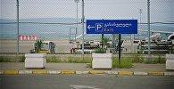 Место стоянки самолетов в Тбилисском аэропорту и парковка для машин