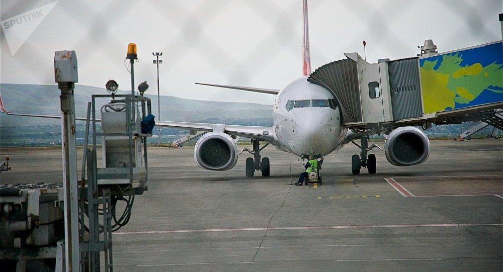 Пассажирский самолет у терминала в тбилисском аэропорту