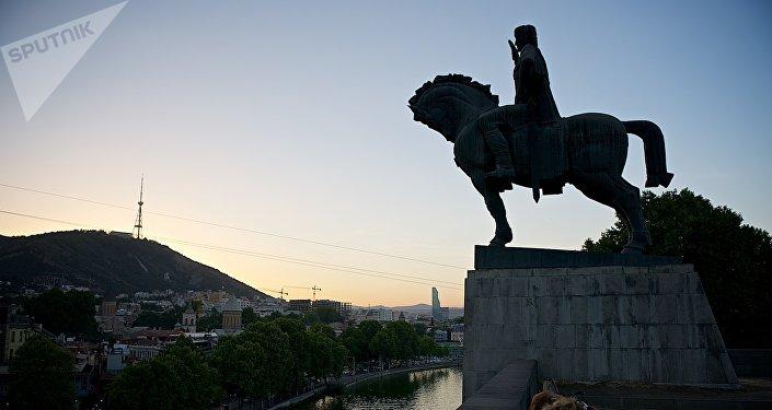 Памятник Вахтангу Горгасали в центре Тбилиси