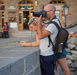 ტურისტები თბილისში ფოტოებს იღებენ