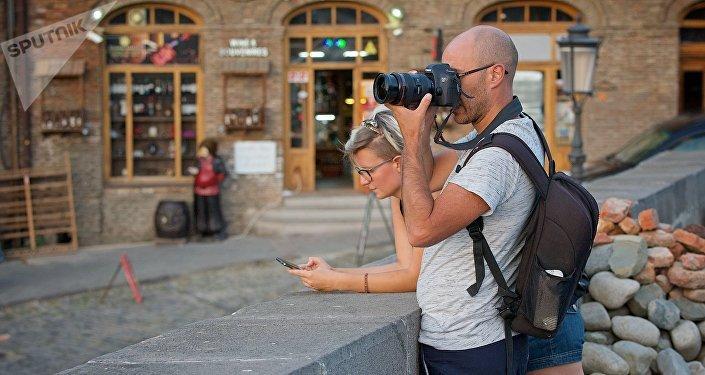 Туристы со смотровой площадки фотографируют Тбилиси