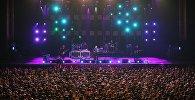 Лидер группы Мумий Тролль Илья Лагутенко выступает на концерте