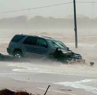 Автомобиль, пострадавший от наводнения, вызванного ураганом Харви
