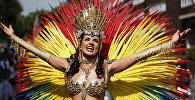 Танцовщица участвует в карнавале Ноттинг-Хилл в западном Лондоне