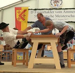 Чемпионат по армрестлингу  с использованием лишь пальцев в Баварии