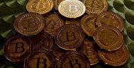 Сувенирные монеты биткоин в ходе одной из презентаций в Вашингтоне