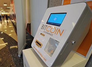 Биткоин-банкомат Bitcoin ATM по купле-продаже цифровой валюты в торговом центре в Сингапуре