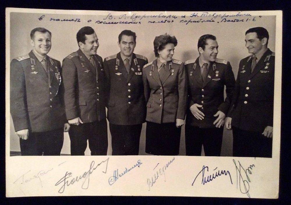 მარცხნიდან პირველი - იური გაგარინი,  მარჯვნიდან პირველი - ვალერი ბიკოვსკი, კოსმოსში პირველი გინების ავტორი