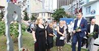 Глава правительства Аджарии Зураб Патарадзе возложил цветы к монументу в сквере, посвященном памяти без вести пропавших