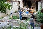 Следователи и криминалисты работают на месте взрыва в жилом доме