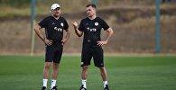 Главный тренер сборной Грузии по футболу Владимир Вайсс и его помощник Борис Китка