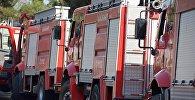 Пожарные машины во время ликвидации пожара в лесу