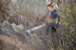 Пожарный участвует в ликвидации пожара