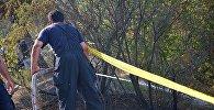 Пожарный участвует в ликвидации пожара на горе Мтацминда