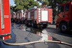 Пожарные машины в парке Мтацминда во время ликвидации пожара на горном склоне