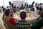 Гости и участники шахматного турнира на его открытии